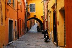 Франция очаровательная улица в историческом Villefranche стоковые изображения rf