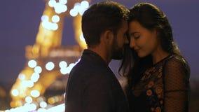 ФРАНЦИЯ, ПАРИЖ - 2-ОЕ ОКТЯБРЯ 2017: Романтичные пары в любов в Париже на Эйфелевой башне в ночи сток-видео