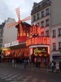 Франция, Париж, румян Moulin на ноче Стоковая Фотография RF