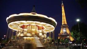 ФРАНЦИЯ, ПАРИЖ: Эйфелева башня и Carousel во времени вечера, промежутке времени сток-видео