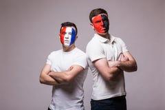 Франция против Албании Футбольные болельщики национальных команд перед спичкой на серой предпосылке Стоковая Фотография