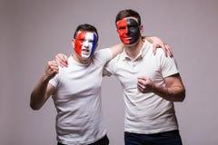 Франция против Албании Футбольные болельщики поддержки национальных команд дружелюбной перед спичкой на серой предпосылке Стоковые Фотографии RF