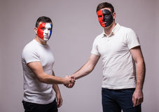 Франция против Албании Футбольные болельщики рукопожатия национальных команд дружелюбного перед спичкой Стоковая Фотография