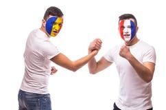 Франция против Румынии Футбольные болельщики рукопожатия национальных команд дружелюбного перед спичкой Стоковое Изображение RF