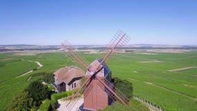 Франция, Шампань, региональный парк Montagne de Реймса, вид с воздуха ветрянки Verzenay, акции видеоматериалы