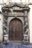 Франция, Arles, старая дверь и скульптура Стоковые Фото