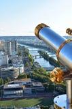 Франция paris Бдительность Эйфелевой башни с spyglass и Рекой Сена Мосты и статуя свободы стоковые фотографии rf