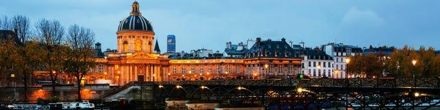 Франция paris Взгляд ночи загоренного французского института Стоковое фото RF