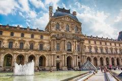 Франция paris Взгляд известного Лувра стоковая фотография rf
