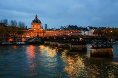 Франция paris Взгляд ночи загоренного французского института Стоковое Фото