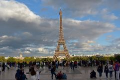 Франция paris Эйфелеваа башня от Trocadero Точка зрения толпить с туристами Дождливый день, свет захода солнца с тенями стоковая фотография rf