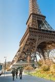 Французская воинская Эйфелева башня защищать в Париже Стоковые Изображения RF