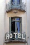 Французская гостиница с балконом и двери в Париже, Франции Стоковое Изображение