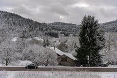 Французская дорога деревни под снегом Стоковая Фотография