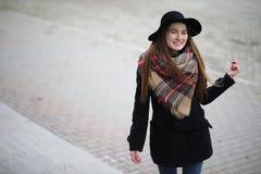 Французская женщина для прогулки в предыдущей весне стоковое изображение rf
