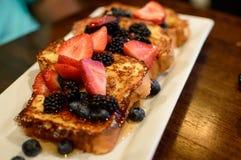 Французская здравица с свежими ягодами стоковые фото