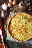 Французская кухня: пирог creme лука на деревянной прерывая доске Стоковая Фотография