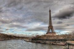 Французская Эйфелева башня в облачном небе стоковая фотография