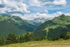 Французские горные вершины лета, Morzine стоковая фотография