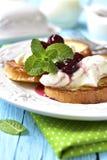 Французские здравицы с сиропом рикотты и вишни Стоковые Изображения RF