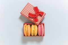 Французские красочные macarons в красном положении квартиры подарочной коробки Стоковая Фотография