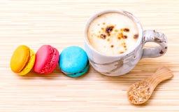 Французские красочные macaroons и чашка кофе Стоковые Изображения