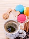 Французские красочные macaroons и чашка кофе Стоковые Фото