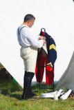 Французские (наполеоновские) солдаты-reenactors кладут куртку дальше Стоковые Фотографии RF