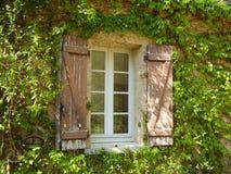Французские окно & штарки сельского дома Стоковое Изображение