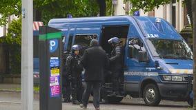 Французские офицеры жандармов полиции бежать к фургону акции видеоматериалы