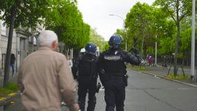 Французские офицеры жандармов полиции обеспечивая улицу около Совета Европы видеоматериал