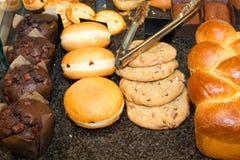 Французские печенья дальше показывают магазин кондитерскаи в Франции стоковые фотографии rf