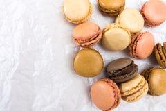 Французские печенья macaroons на белой предпосылке Стоковые Изображения RF