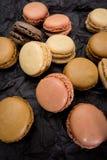 Французские печенья macaroons на черной предпосылке Стоковое фото RF