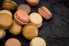 Французские печенья macaroons на черной предпосылке Стоковая Фотография