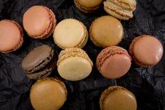 Французские печенья macaroons на черной предпосылке Стоковые Изображения RF