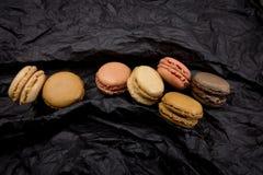 Французские печенья macaroons на черной предпосылке Стоковое Изображение