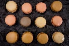 Французские печенья macaroons на черной предпосылке Стоковое Изображение RF