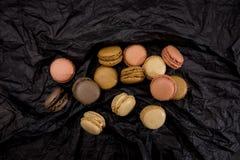 Французские печенья macaroons на черной предпосылке Стоковые Фото