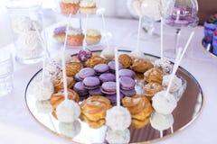 Французские печенья macaroons Шоколадный батончик Много помадки на банкете свадьбы Стоковая Фотография