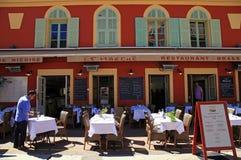 Французские рестораны на Cours Saleya, славном, Франции Стоковая Фотография