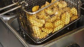 Французские фраи глубоко зажарены на ресторане фаст-фуда акции видеоматериалы