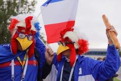 Французские футбольные болельщики на стадионе Санкт-Петербурга во время кубка мира России 2018 ФИФА Стоковое Изображение