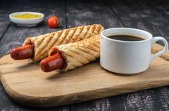 Французские хот-дог и кофе на деревянном столе стоковое фото rf