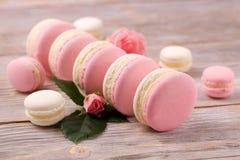 Французские macarons десерта с розовым цветком Стоковое Фото
