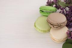 Французские macarons с хворостинами сиреней Конец-вверх Стоковые Фото