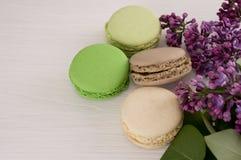 Французские macarons с хворостинами сиреней Стоковое Изображение RF