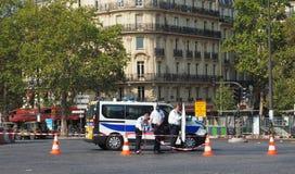 Французские poliicemen настроили кордон для того чтобы отрегулировать движение стоковые фотографии rf