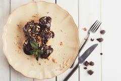 Французские profitroles с листьями замороженности и мяты шоколада Стоковые Фотографии RF