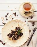 Французские profitroles с листьями замороженности и мяты шоколада Стоковое фото RF